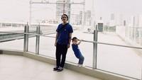 <p>Kompak berbaju biru, begini kebersamaan pemeran Indro di Warkop DKI Reborn ini bersama putranya, Sakha. (Foto: Instagram @randydanistha)</p>
