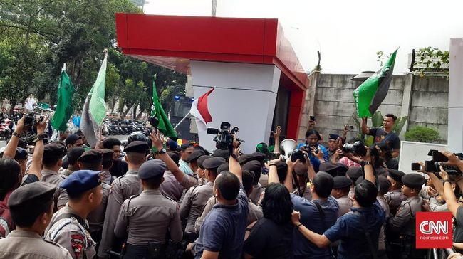 Massa yang membawa atribut HMI demo di Gedung KPK menolak Revisi UU KPK yang disahkan DPR kemarin. Pada saat yang sama ada demo yang pro RUU KPK.