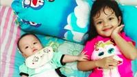 <p>Bila dan Zia, dua putri kecil 'Kang Tisna' yang imut dan menggemaskan. (Foto: Instagram @santimindah)</p>