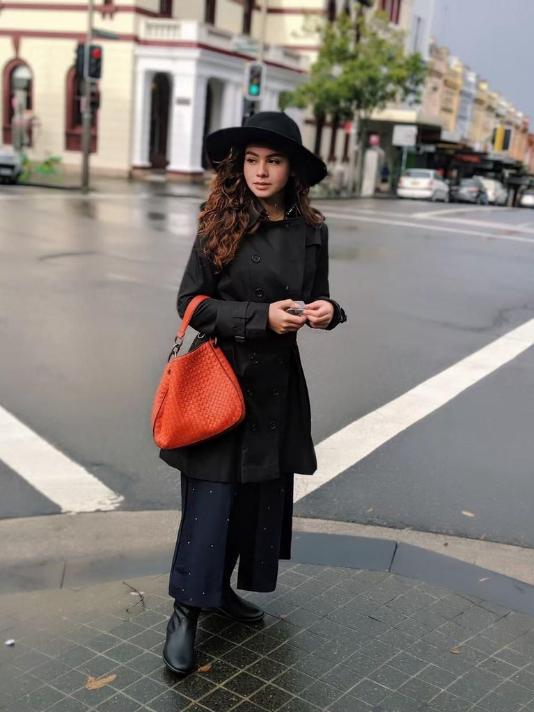 Mengenakan salah satu koleksi dari Bottega Veneta, Sahila terlihat memesone dengan setelah pakaian hitamnya.