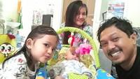 <p>Semoga sehat selalu ya Ayah Andri dan keluarga. (Foto: Instagram @santimindah)</p>