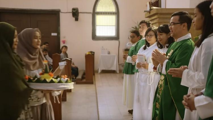 Ketika seorang muslim masuk ke rumah ibadah misalnya gereja, seperti dalam adegan trailer film 'The Santri' yang dilakukan Wirda Mansur, apa hukumnya?
