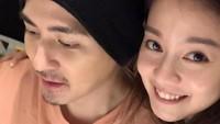 <p>Bunda tentu masih ingat dengan sosok pemeran Hua Ze Lei dalam serial <em>Meteor Garden</em>, Vic Chou. Ia diketahui telah menikah dengan artis Reen Yu yang memiliki paras cantik dan imut. (Foto: Facebook Reen Yu)</p>