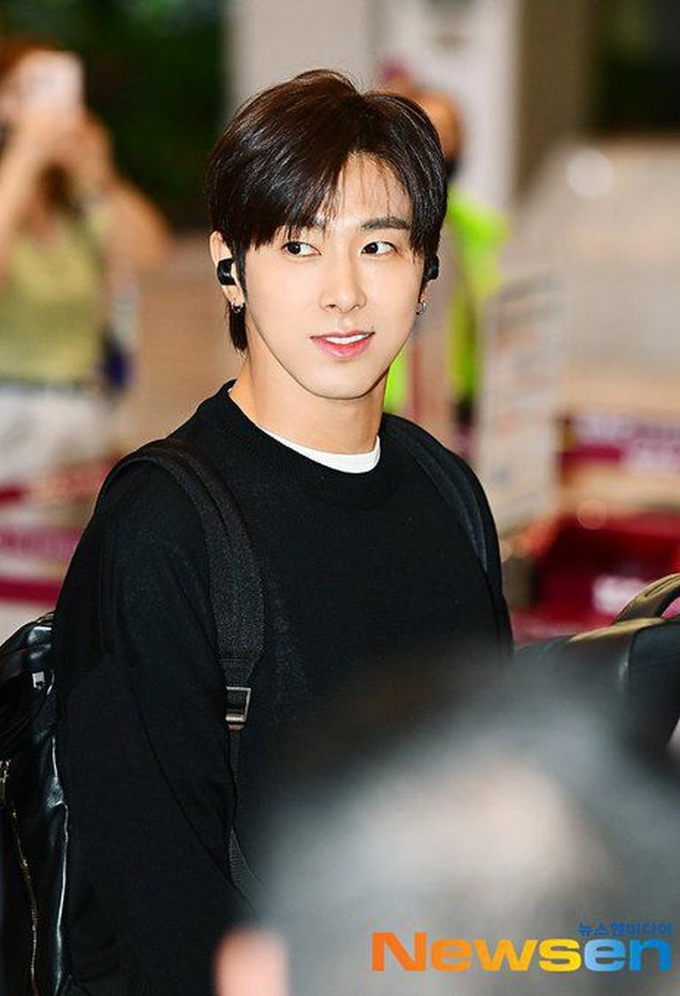 Yunho terlihat mengenakan celana bermotif kotak-kotak dengan sweater hitam sederhana, saat pergi ke Jepang.