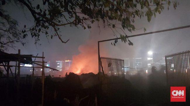 Kebakaran menghanguskan hampir seluruh isi gudang di Rawa Bokor berupa plastik hasil olahan. Tak ada korban jiwa dalam peristiwa tersebut.