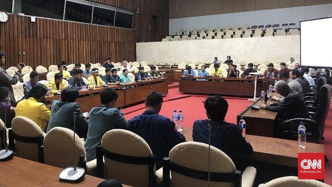 Mahasiswa dari beragam universitas kecewa aksi demo menggugat Revisi UU KPK dan RKUHP hanya berakhir dengan audiensi bersama Sekretaris Jenderal DPR di Parlemen