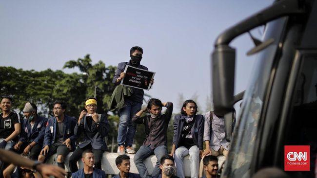 Ratusan mahasiswa dari Aliansi BEM Sumatra Barat berunjuk rasa di DPRD untuk menolak pasal karet dalam RKUHP. Mereka berencana aksi hingga pelantikan Jokowi.