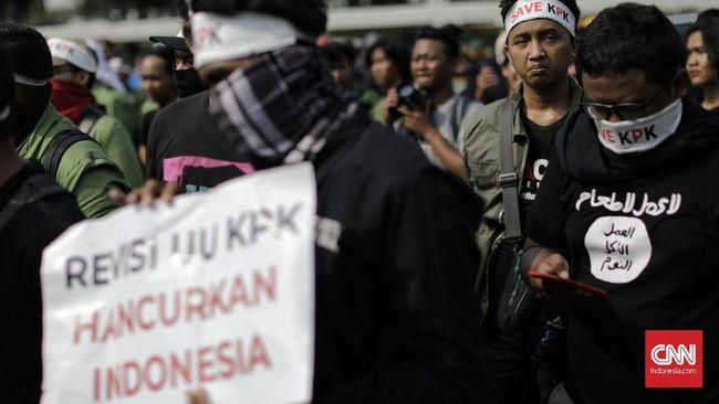 Massa mahasiswa dari sejumlah kampus menolak beranjak dari depan Gedung DPR dalam aksi demo menolak RUU KPK dan RKUHP. Ruas jalan di depan Gedung DPR macet.