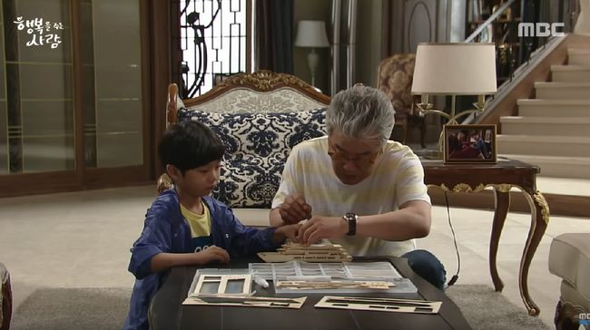 Nonton drama Korea 'Person Who Gives Happiness' episode 41 live streaming di Trans TV yang tayang pada Jumat (15/11) melalui CNNIndonesia.com di sini.
