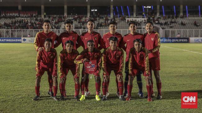 Bek Timnas Indonesia U-16 Alfin Lestaluhu meninggal dunia dikabarkan karena penyakit encephalitis (infeksi otak).