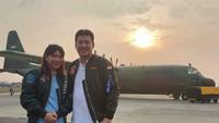 <p>Alan dan Susy sedang mejeng di depan pesawat TNI AU nih, Bun. Ada yang tahu di mana lokasinya? <em>He-he-he.</em> (Foto: instagram @alanbudikusumaofficial)</p>