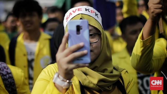 Ratusan mahasiswa yang berdemonstrasi menolak RUU KPK dan RKUHP di depan Gedung DPR menyatakan mosi tidak percaya kepada wakil rakyat periode 2014-2019.