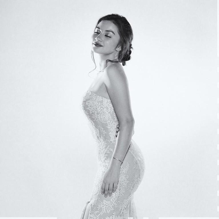 Filter foto hitam putih sekalipun tak membuat pesona Ariel Tatum berkurang.