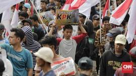 Aksi Massa di Depan KPK Sempat Ricuh Usai Bakar Ban