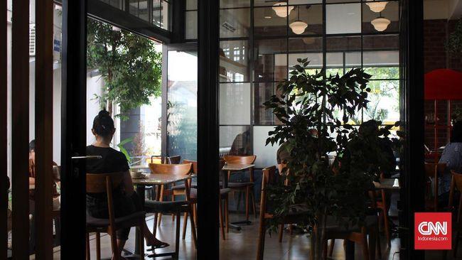Warga Serpong tak perlu jauh-jauh ke Jakarta untuk rekreasi, karena di sana juga ada banyak mal, restoran, dan kafe yang bisa dikunjungi.