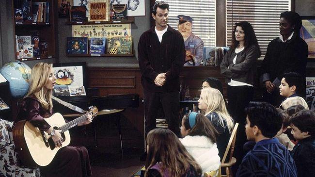 Dalam serial Friends, tokoh Phoebe Buffay kerap menyanyikan lagu-lagu ciptaannya, salah satu lagu yang populer adalah Smelly Cat.