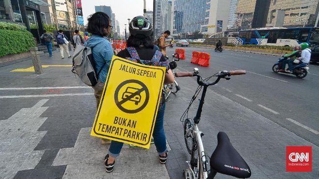 Jalur sepeda di Jakarta memiliki tiga tanda yang harus dipahami oleh para pengemudi kendaraan bermotor. Jika melanggar maka akan ditilang.