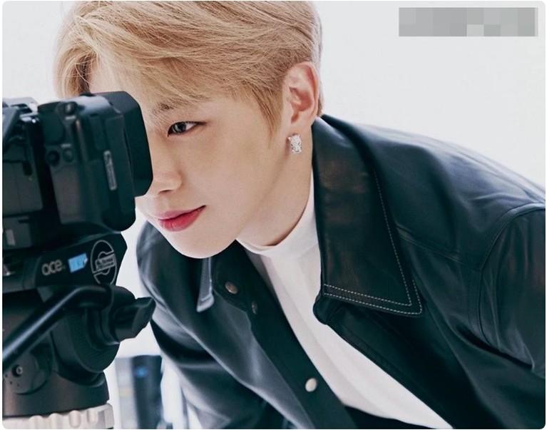 Foto-foto Kang Daniel yang lain akan terungkap dalam terbitan bulan Oktober majalah Cosmopolitan dan Elle.
