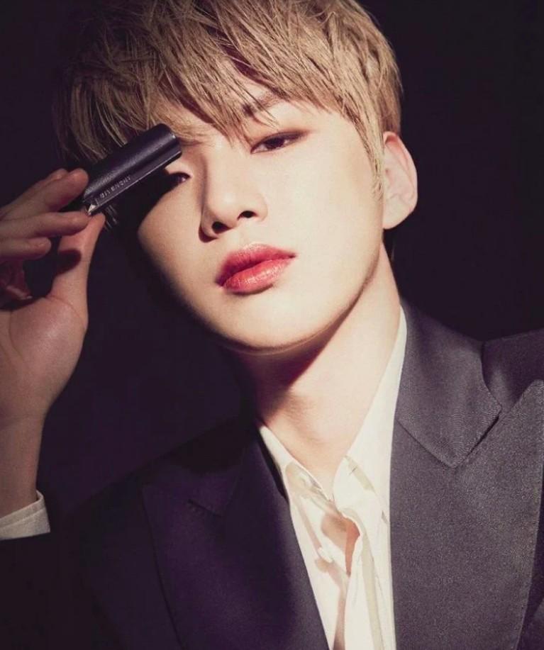 Kang Daniel menjadi model produk bibir dari lini Le Rouge Givenchy.