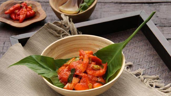 Menu makanan berbumbu balado yang tampak istimewa ini bisa jadi ide sajian buka puasa. Berikut resep praktis berbuka udang kentang balado khas Padang.