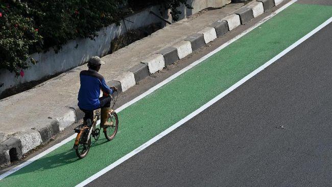 Pemerintah provinsi DKI Jakarta membangun jalur khusus sepeda di sejumlah ruas jalan Jakarta.