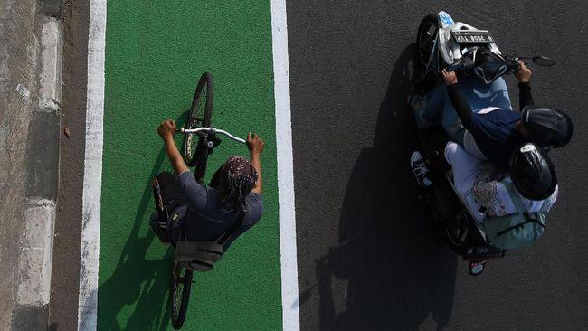Jalur sepeda bakal segera diresmikan di Jakarta. Di balik usulan anggaran Rp62 miliar jalur sepeda, keselamatan para pesepeda tampaknya belum menjadi prioritas.