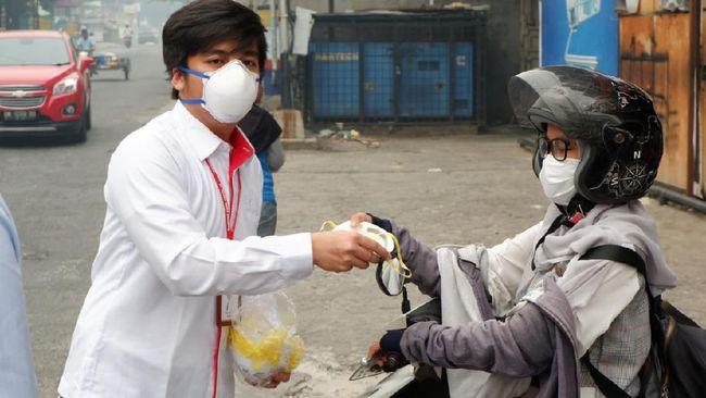 Karyawan Hutama Karya turun ke jalan untuk membagikan masker N95 di beberapa kota di Riau pada Kamis - Jumat (19-20/09) lalu.