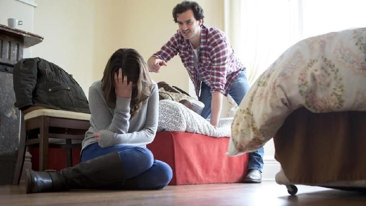 Kenali 12 ciri pria yang berpotensi melakukan KDRT ini, Bun. Bukan suami idaman banget!