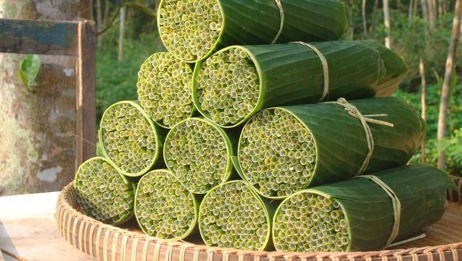 Seorang warga Vietnam membuat alternatif sedotan berbahan rumput. Sedotan disebut-sebut sebagai salah satu solusi masalah sampah plastik di dunia.