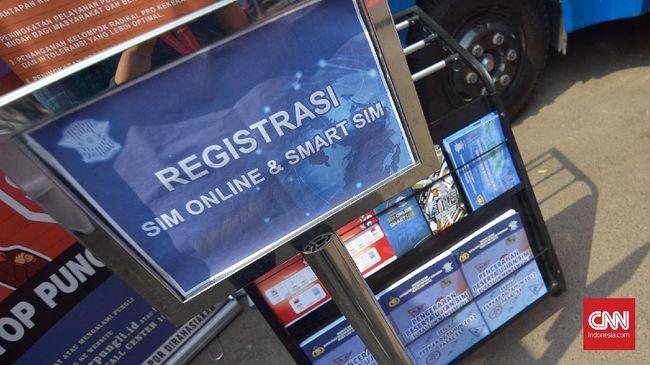 Peluncuran Registrasi SIM Online dan SMART SIM di Gedung Basket GBK, Jakarta, Minggu (22/9).