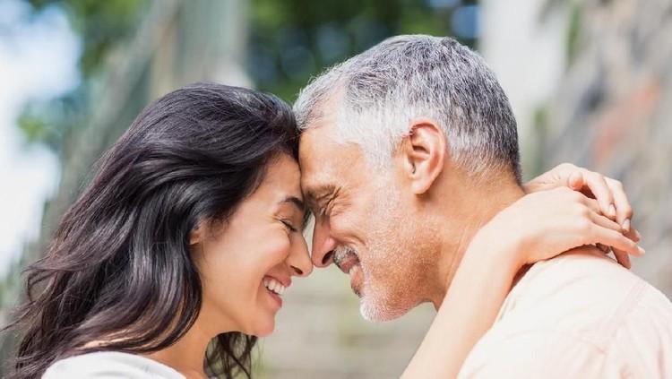 Ungkapan age is just a number dalam berumah tangga benar-benar dialami pasangan suami istri yang beda usianya sampai 40 tahun ini yang ceritanya viral.