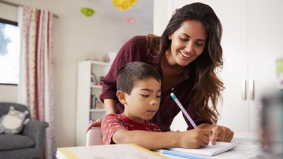 Kata Cinta & Rayuan Bunda Saat Anak Malas Mengerjakan PR