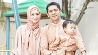 <p>Kompaknya gaya keluarga ini di Hari Raya Idul Fitri. (Foto: Instagram @donitabhubiy)</p>