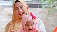 Sempat cemas jelang persalinan karena dokter belum datang, Nina Zatulini bersyukur bisa melahirkan anak kedua secara normal, pada 27 Januari 2019. Ia dan sang suami, Chandra Tauphan Ansar, memberi nama si kecil Khanza Inara Chandra. (Foto: Instagram @ninazatulini22)