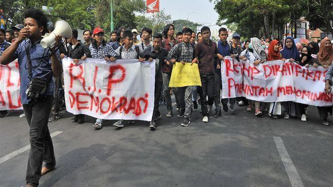 Peneliti politik, Saiful Mujani menilai Presiden Jokowi terlalu fokus pada pembangunan ekonomi ketimbang demokrasi.