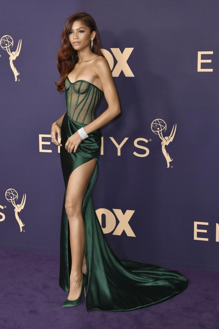 Hadir dengan gaun berwarna hijau, Zendaya terlihat memesona berbalut gaun karya Vera Wang. Gaun ini menonjolkan bahu, lengan, dan kaki kanan Zendaya yang jenjang.
