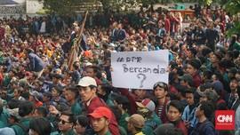 Demo Berujung Ricuh, Mahasiswa Dobrak Pagar Kantor DPRD Jabar
