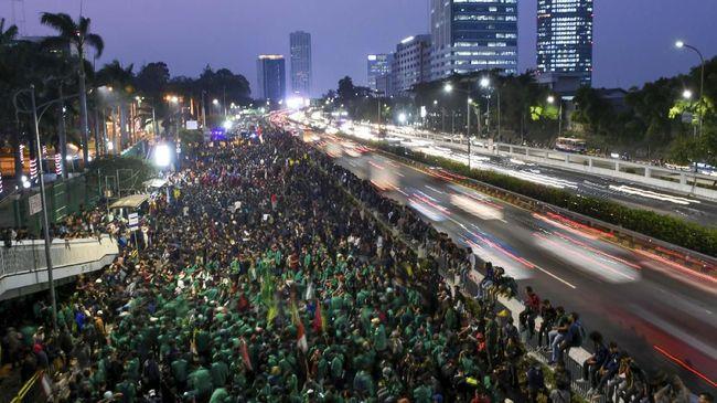 Aksi mahasiswa yang menolak RKUHP masih bertahan di depan kompleks DPR/MPR malam ini, mereka mencoba menerobos gerbang kompleks parlemen.