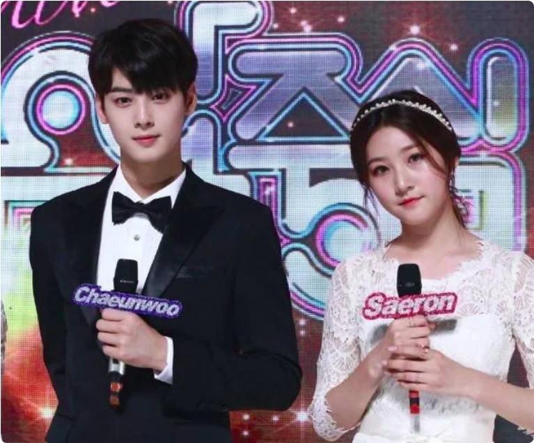 Aktris Kim Saeron pernah menjadi co-host bersama Eunwoo di acara musik. Keduanya bersanding namun tak saling berdempetan.
