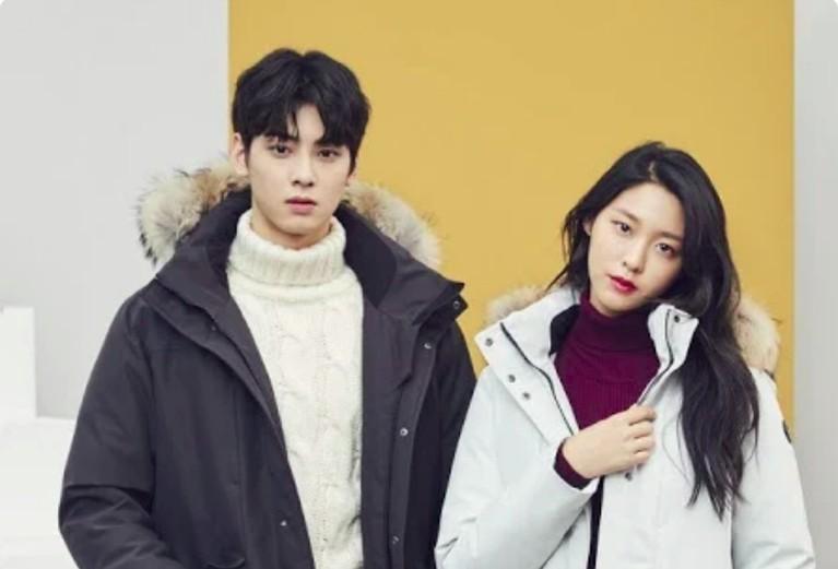 Seolhyun AOA berkesematan menjadi model berpasangan dengan Eun Woo. Meski foto berpasangan, Seolhyun terlihat tidak terlalu berdekatan di samping Eun Woo.
