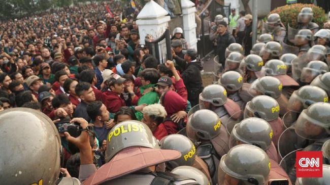 Polisi menggunakan gas air mata untuk membubarkan massa aksi mahasiswa tolak RKUHP di depan Gedung DPRD Jabar, Bandung.