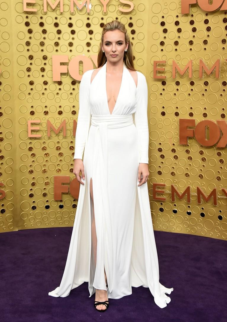Jodie Comer nampak bersajaha mengenakan gaun malam berwarna putih dengan belahan di bagian bahu, kaya perancang busana Tom Ford. Baju ini mengingatkan pada gaya busana Marilyn Monroe. Dia memakai sepatu dari Roger Vivier dan perhiasan ari Tiffany.