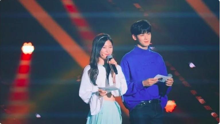 Chaeyon DIA juga pernah bersanding dengan Cha Eun Woo.