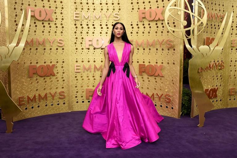Mj Rodriguez tampil fantastik mengenakan gaun berwarna pink dengan warna yang menyala. Dia mengaku gaun karya Jason Wu ini dipilihnya dengan serius untuk hadir di Emmy Awards 2019.