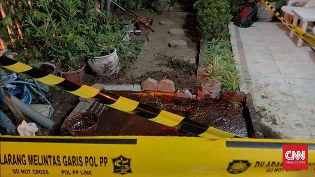 Semburan lumpur muncul di pekarangan rumah di Surabaya yang terdeteksi memiliki kandungan minyak dan gas serta tak bisa ditutup.