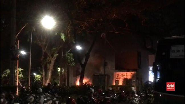 Polres Jakarta Pusat menyatakan peristiwa pelemparan molotov terjadi pada pukul 01.30 WIB, Jumat dini hari (27/9).