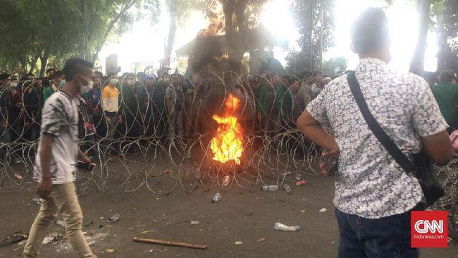 Mahasiswa merusak pagar gedung DPRD Sumatera Utara. Mereka menggoyangkan pagar sambil berteriak meminta agar DPR dibubarkan karena telah mengkhianati rakyat.