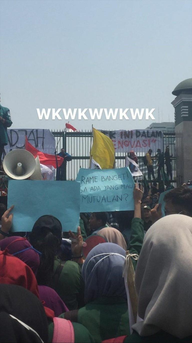 Di tengah demo mahasiswa tolak RUU KUHP yang sempat ricuh, ada beberapa spanduk kocak yang justru bikin tersenyum.