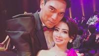 Mesranya! Pelukan hangat Sutan 'Aceng' Simatupang untuk sang istri. (Foto: Instagram/ @febry_khey)