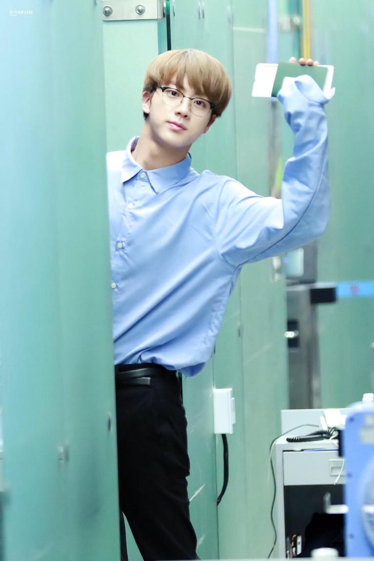 Postur tubuh Jin dianggap proposional sehingga membuat segala busana cocok dipakainya.
